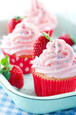 Pink cupcakes with fresh strawberries — Stock Photo