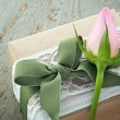 Decorative gift box with pink rose — Stockfoto
