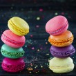 Две стопки Красочные миндальное печенье — Стоковое фото