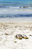 在海滩上拖鞋 — 图库照片