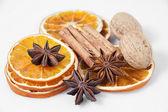 Pomerančové řezy a koření — Stock fotografie