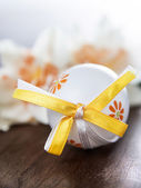 Easter egg and daffodils — Stock Photo