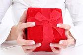 Las manos sosteniendo la caja de regalo de terciopelo rojo — Foto de Stock