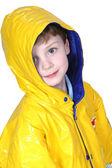 Rozkošný čtyřletého chlapce v dešti kabát — Stock fotografie