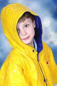 Adorable vier jahre alter junge in regenjacke — Stockfoto
