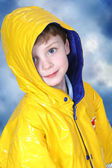 Bedårande fyra-årig pojke i regnjacka — Stockfoto