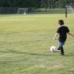 Мальчик на футбольном поле — Стоковое фото #12822241