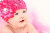 Bedårande flicka i blomma hatt — Stockfoto
