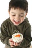 мальчик ест морковь кекс — Стоковое фото