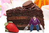 Frau auf riesigen teller schokoladenkuchen — Stockfoto
