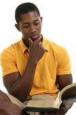 привлекательный молодой человек читать книгу — Стоковое фото
