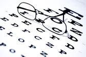 視力検査表とメガネ — ストック写真