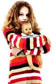 одинокий брошенного ребенка обнимать кукла — Стоковое фото
