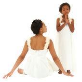 美しい黒の母親の娘の肖像画。天使として服を着た。ママ — ストック写真