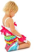 Fyra år gammal flicka sitter ensam ledsen eller be över vita backg — Stockfoto