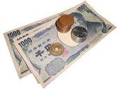 Pièces et billets de la monnaie japonaise empilés sur blanc avec clippi — Photo