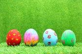 Uova di pasqua su sfondo di erba — Foto Stock