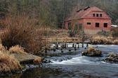 An old house on the river — Stockfoto
