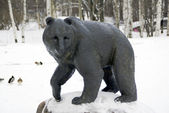 The bear statue in winter park — Foto Stock