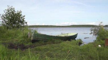 Fishing retro boat on the lake — Stock Video