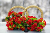 Marriage decoration of flowers and rings on car — Stock Photo