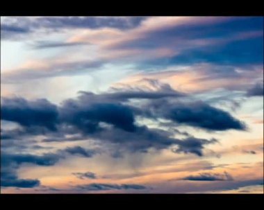 Clouds move in the breezy sky at sunset — Stock Video