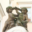 Statue of two little children on one of the buildings of old Pra — Stock Photo