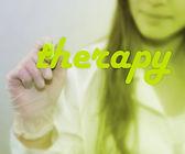 Žena psát slovo terapie — Stock fotografie
