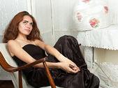 Ritratto di ragazza adolescente attraente-dondolo guardando lontano — Foto Stock