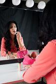 Lèvres belles couleurs brune près du miroir — Photo