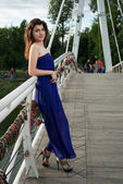 Bella ragazza orientale sul ponte sul fiume — Foto Stock