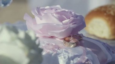 Wedding rings with flowers — Stock Video