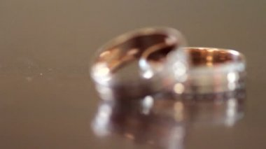 Wedding rings on the table — Stock Video