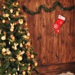 Рождественская елка с украшениями на деревянной доске — Стоковое фото