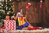 Mooi meisje met de gift van Kerstmis — Stockfoto