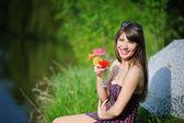 Chica con un cóctel en la naturaleza — Foto de Stock