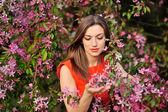 Красивая весенняя девочка с цветами — Стоковое фото