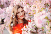 Chica hermosa primavera con flores — Foto de Stock