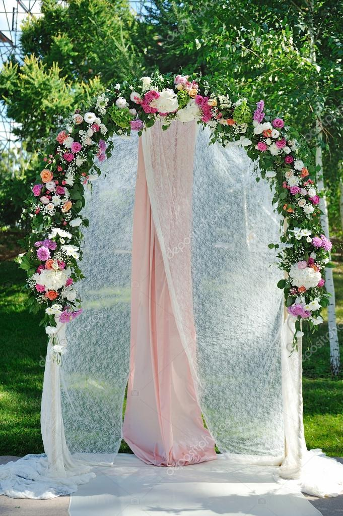 arc de mariage avec des fleurs sur lherbe photographie. Black Bedroom Furniture Sets. Home Design Ideas