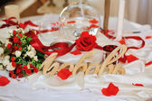 Decoration of wedding table.floral arrangements and decorations.arrange ment of hydrangeas and roses in vases — 图库照片