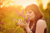 Beautiful young woman in lilac flowers, outdoors portrait — Foto Stock