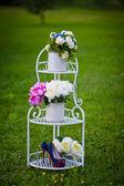 Kytice růží hortenzie na dekorativní kovový stojan — Stock fotografie