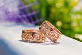 Gold wedding rings on table — Stockfoto