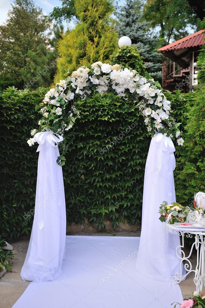 mariage arche avec fleurs blanches photographie timonko 29697319. Black Bedroom Furniture Sets. Home Design Ideas