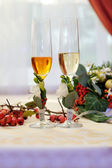 Two glasses of champagne on wedding table — Stock Photo