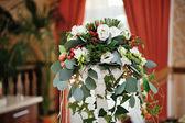 Boeket van bloemen op decoratieve metal staan — Stockfoto