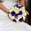 Bride hold beautiful wedding bouquet — Stock Photo