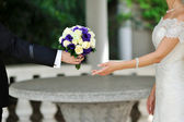 Groom presents the bride beautiful wedding bouquet — Stock Photo