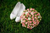 Bouquet de mariée et blancs chaussures femmes sur herbe — Photo