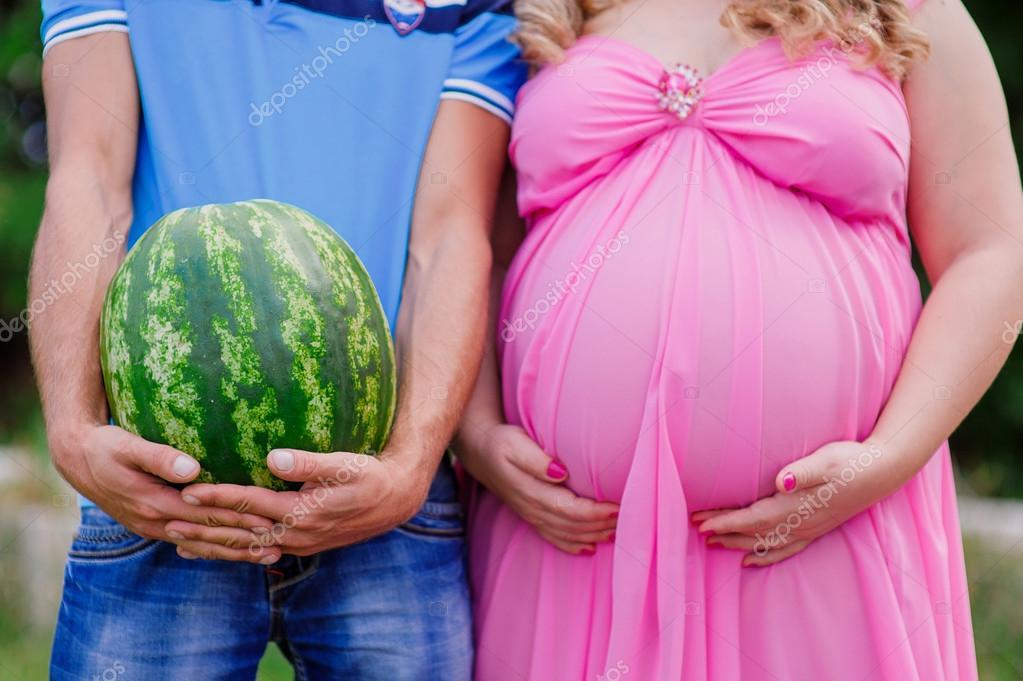 Беременная девушка и парень с арбузом 96